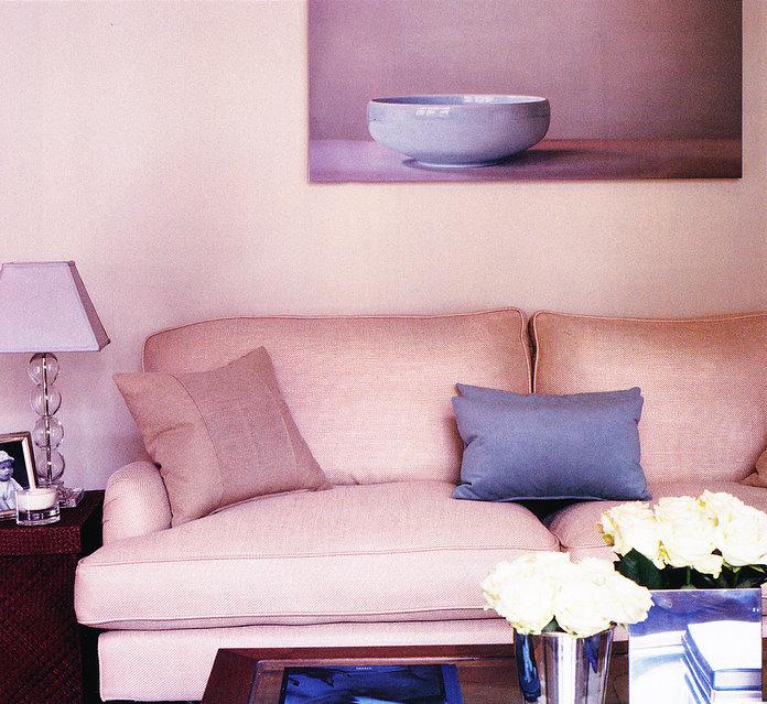 Salon urządzony na różowo z fioletowymi dodatkami