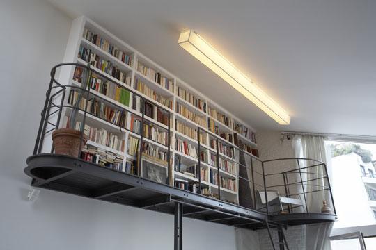 Mała otwarta biblioteczka na metalowej antresoli