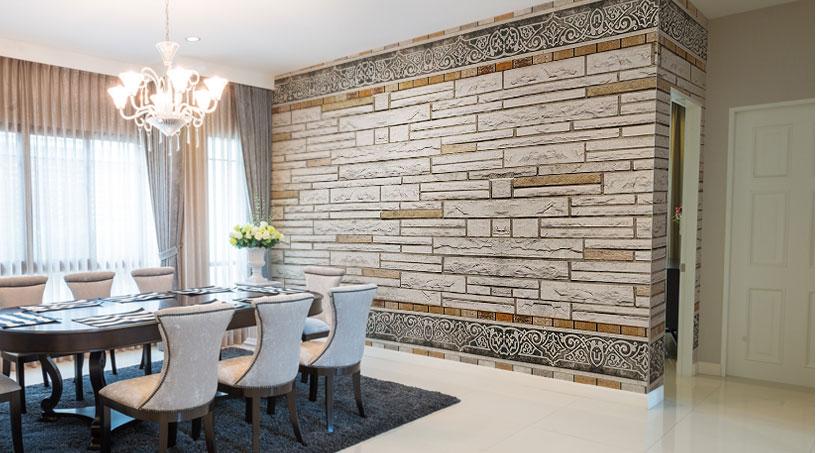 Jadalnia w tradycyjnej stylistyce z fototapetą imitującą bogato zdobioną, marmurową ścianę