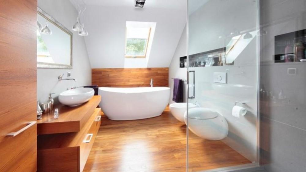 Mała łazienka na poddaszu, z drewnianymi meblami i podłogą