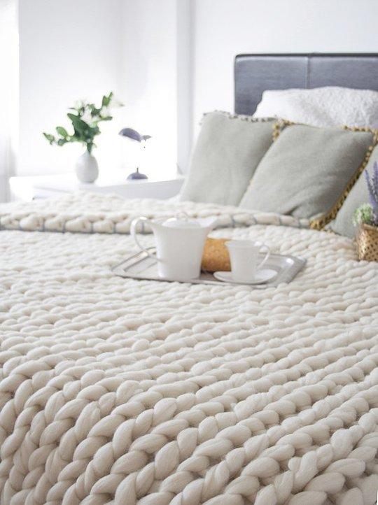 Gruba narzuta na łóżko, wykonana na drutach
