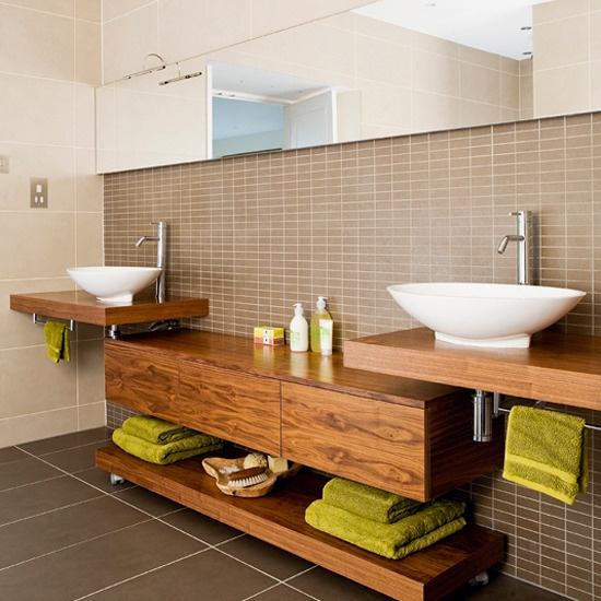 Meble z egzotycznego drewna w łazience pod umywalkami