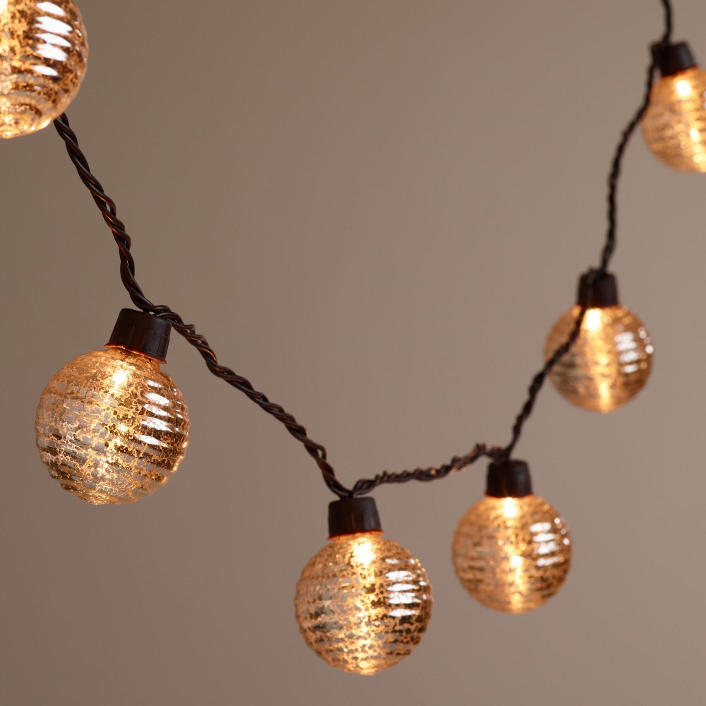 lampki w kształcie kuli w kolorze złotym