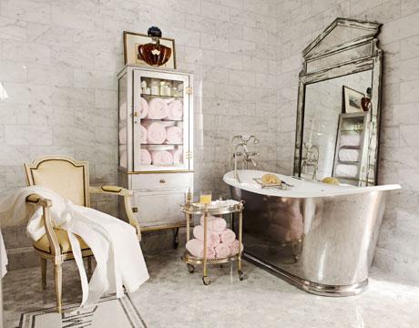 Stylowa łazienka urządzona tradycyjnie, jednak z nowoczesnymi elementami, jak błyszcząca, metalowa obudowa wanny
