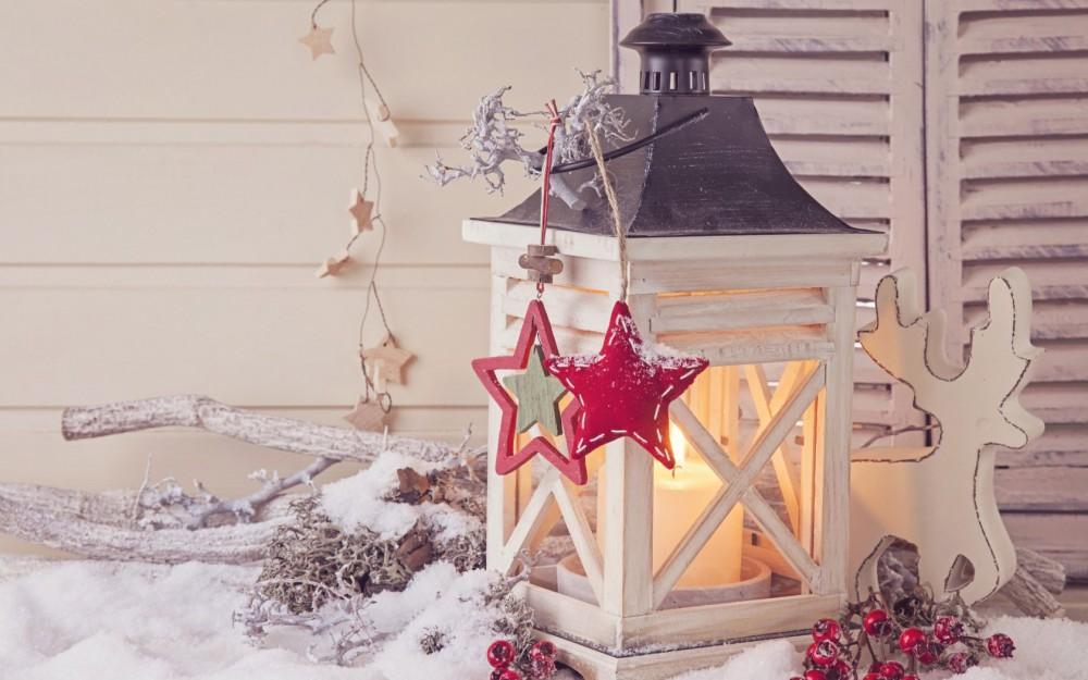 Świąteczna biała latarnia z szarym wiekiem i ozdobami w kształcie gwiazdek