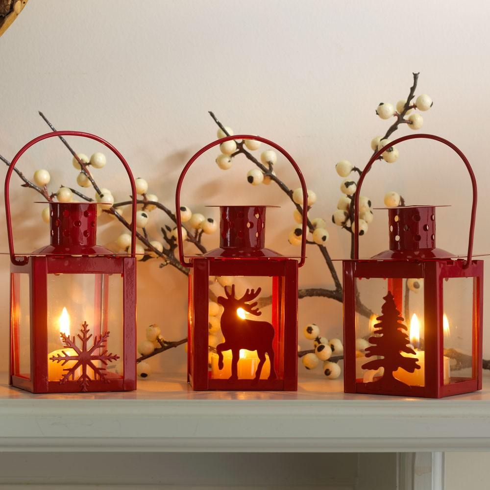 3 ciemnoczerwone latarnie świąteczne z płatkiem śniegu, reniferem i choinką