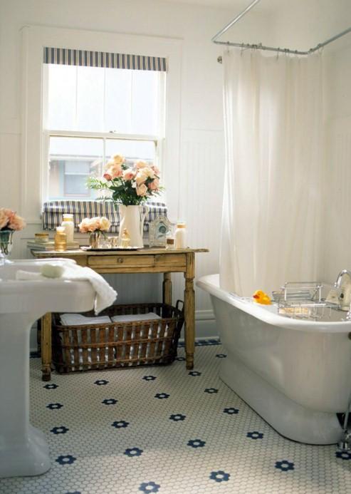 Mała łazienka z drewnianymi dodatkami w postaci szafki i kosza