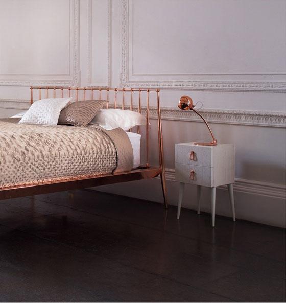 Zdjęcie ramy łóżka i lampki nocnej w kolorze różowego złota