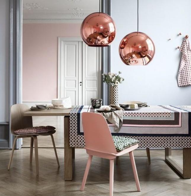 Zdjęcie jadalni z lampami w kolorze różowego złota w roli głównej