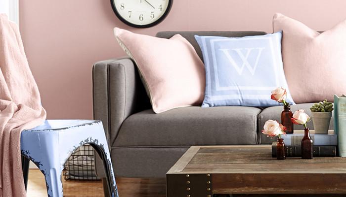 Salon w minimalistycznym stylu - zbliżenie na detale - poduszki, koc w kolorach 2016