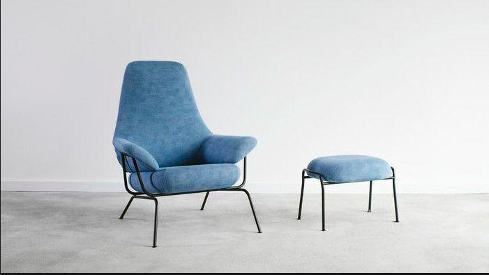 Fotel i pufa na pierwszym planie - kolor niebiański spokój jako tapicerka