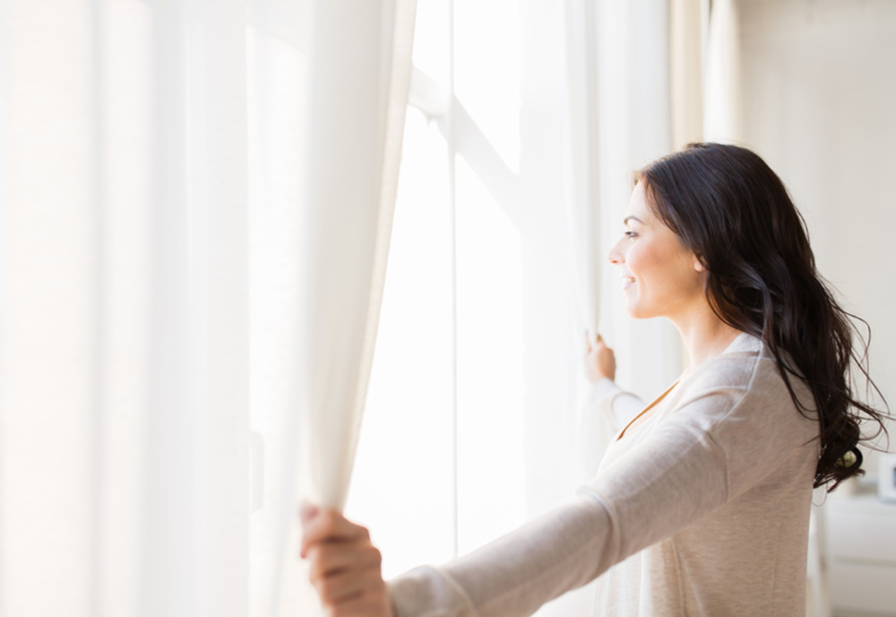 Kobieta przy otwartym oknie