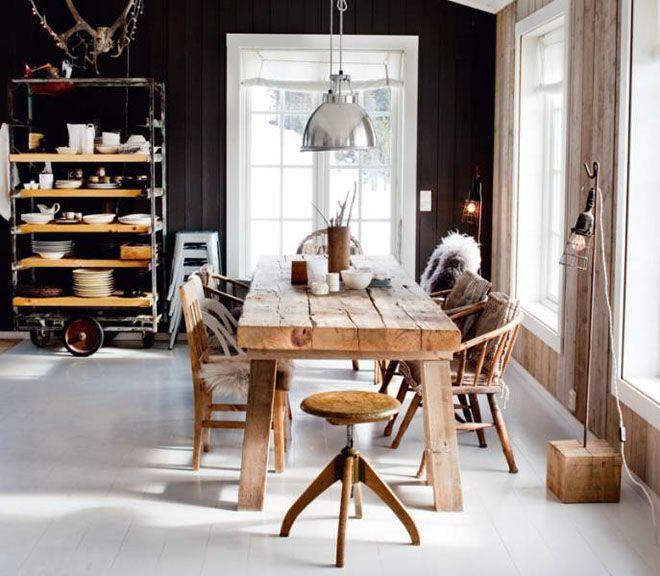 Drewniane krzesła w loftowym wnętrzu