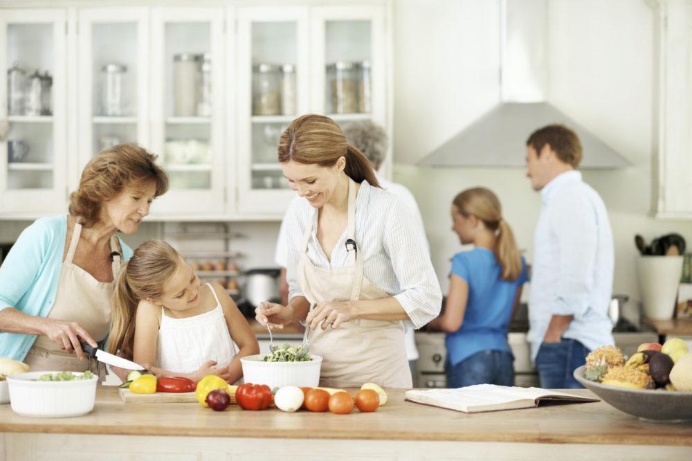 Rodzina w kuchni z drewnianymi blatami