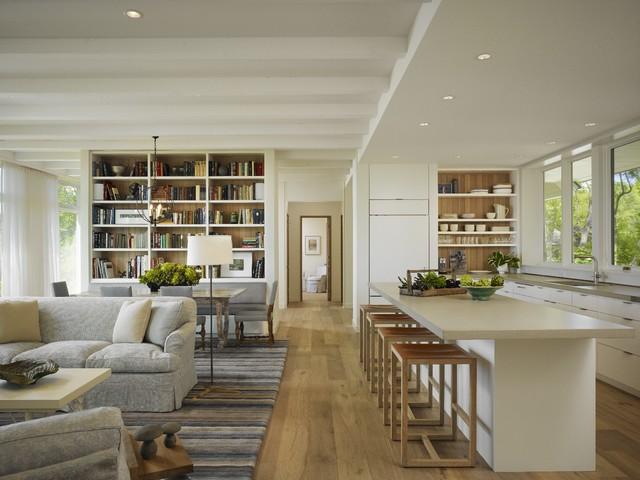 Otwarty salon z kuchnią w jasnych kolorach
