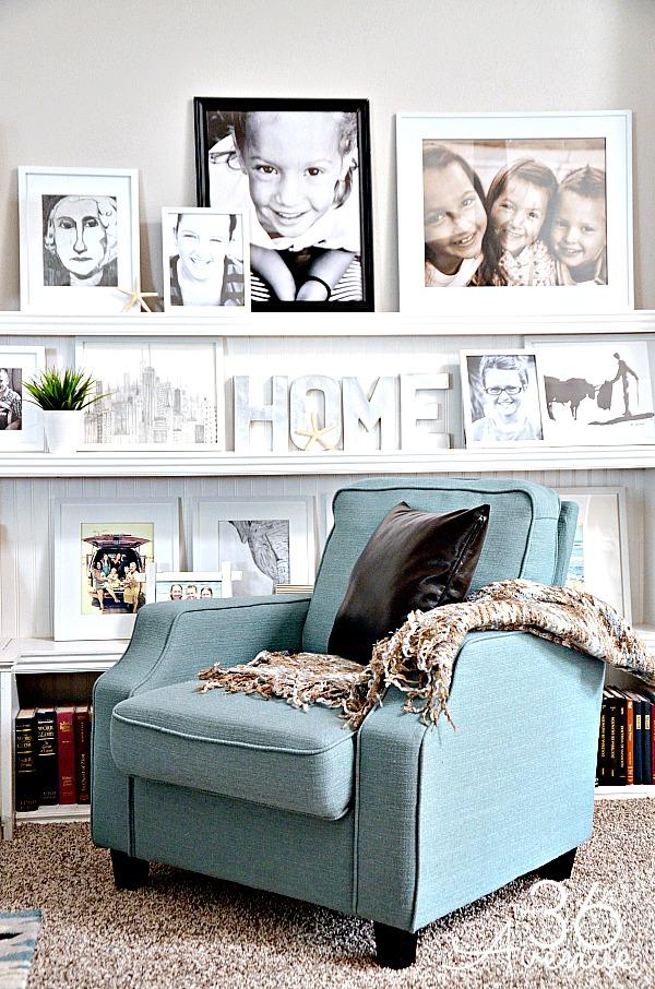 Minimalistyczny pokój z dużą ilością zdjęć na ścianie