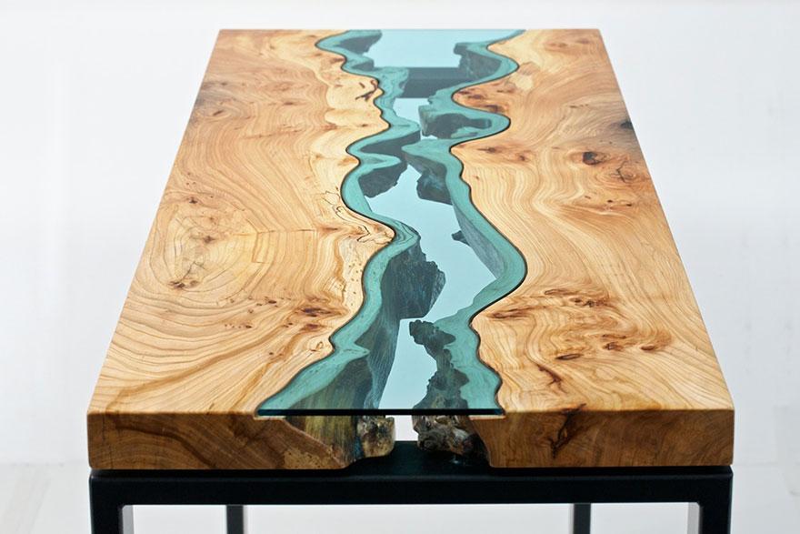 Nowoczesny stolik drewniany autorstwa Grega Klassena, ze szkłem imitującym rzekę