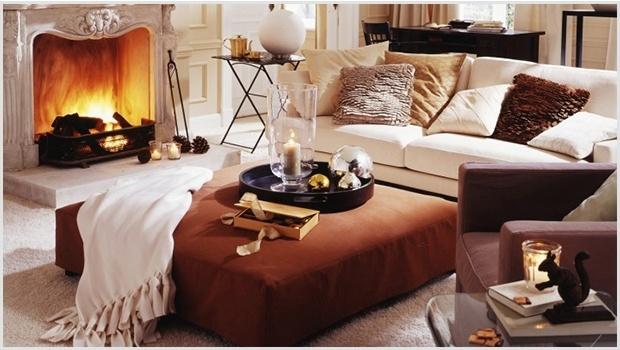 Ciepłe dodatki w minimalistycznym wnętrzu, w postaci poduszek i kocy