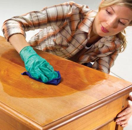 Pani impregnująca drewniany stół