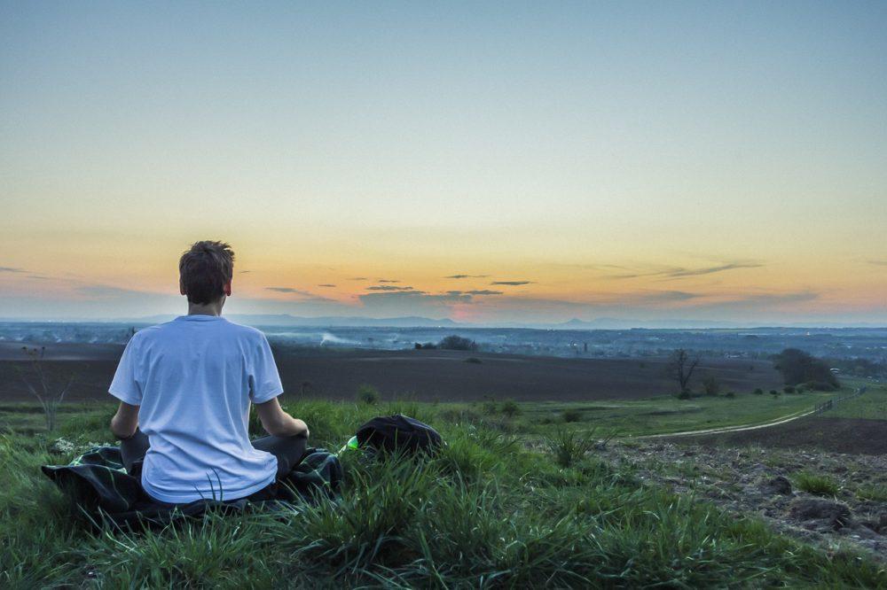 Mężczyzna medytujący na łonie natury