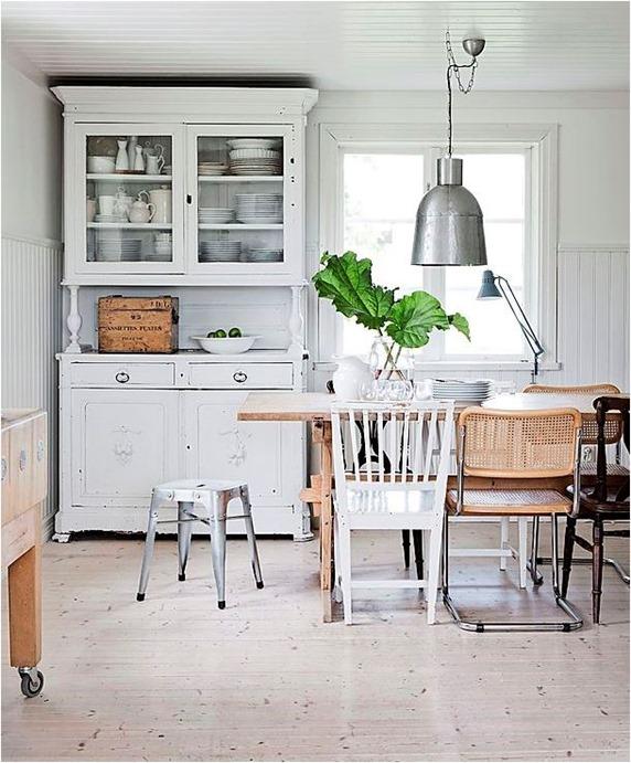 Drewniane meble w kuchni odnowione za pomocą farby