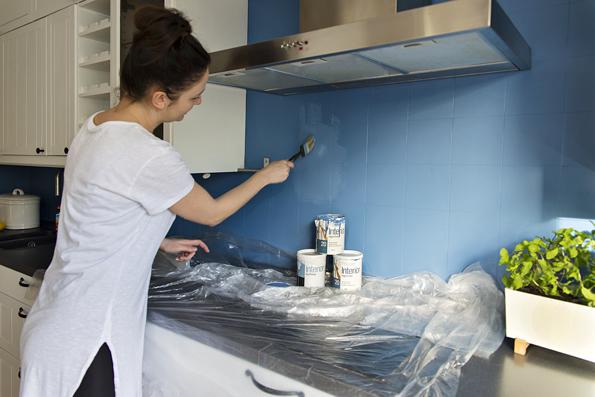 Malowanie kafelek na niebiesko