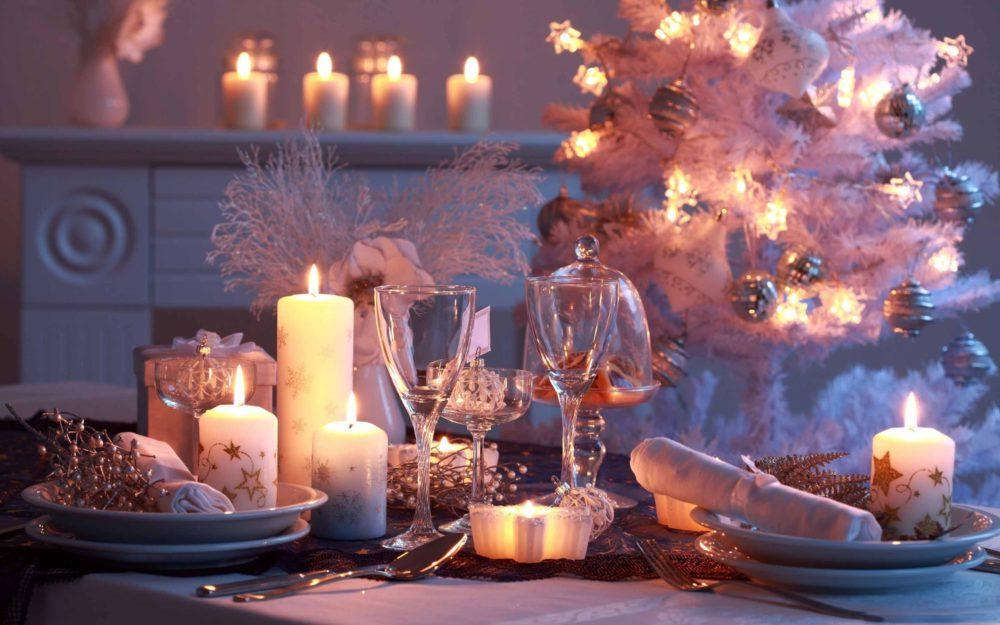 Stół ze srebrnymi dekoracjami