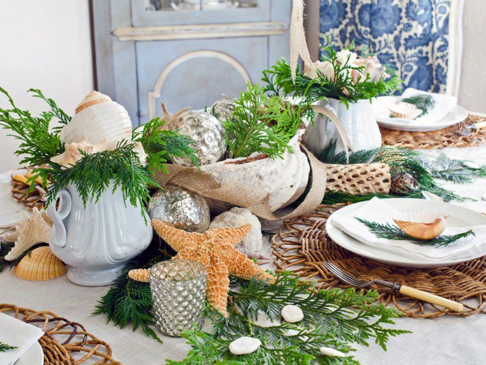 Wigilijny stół z mnóstwem naturalnych dekoracji