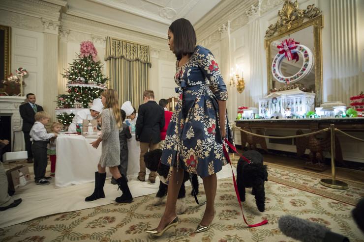 Michelle Obama z psami w salonie goszcząca dzieci