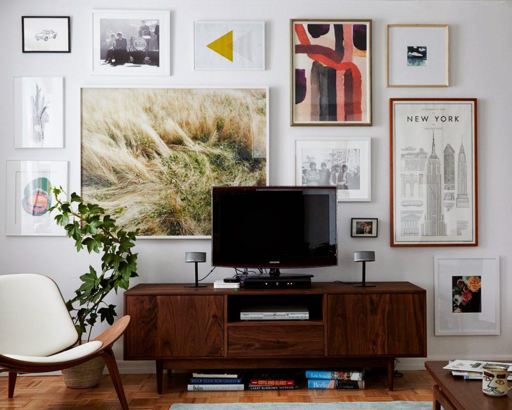 Iluzja optyczna ukrycia telewizora poprzez rozkład obrazów na ścianie