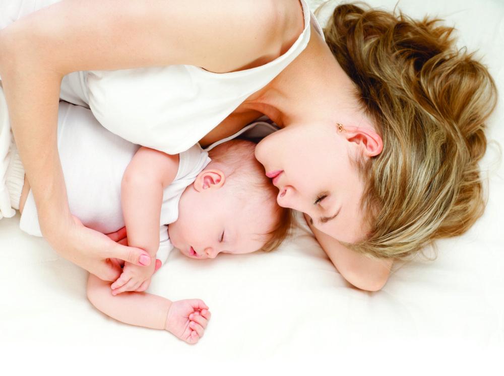 Śpiąca kobieta z dzieckiem