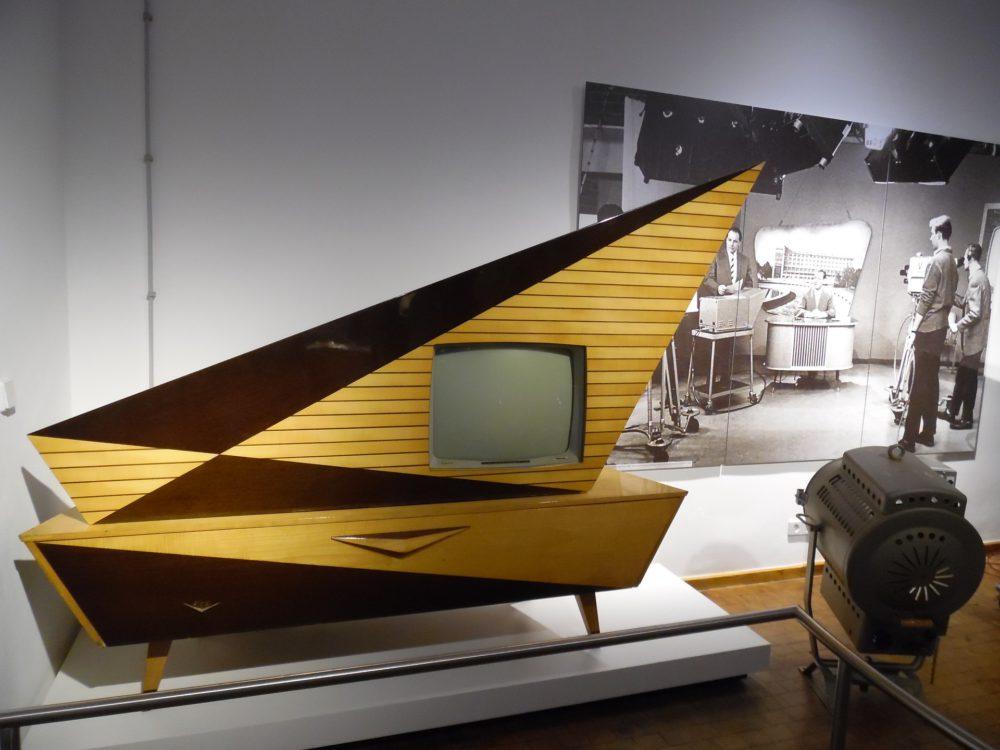 Telewizor nie pasuje do Twojego salonu – ukryj go! Przedstawiamy 5 sposobów