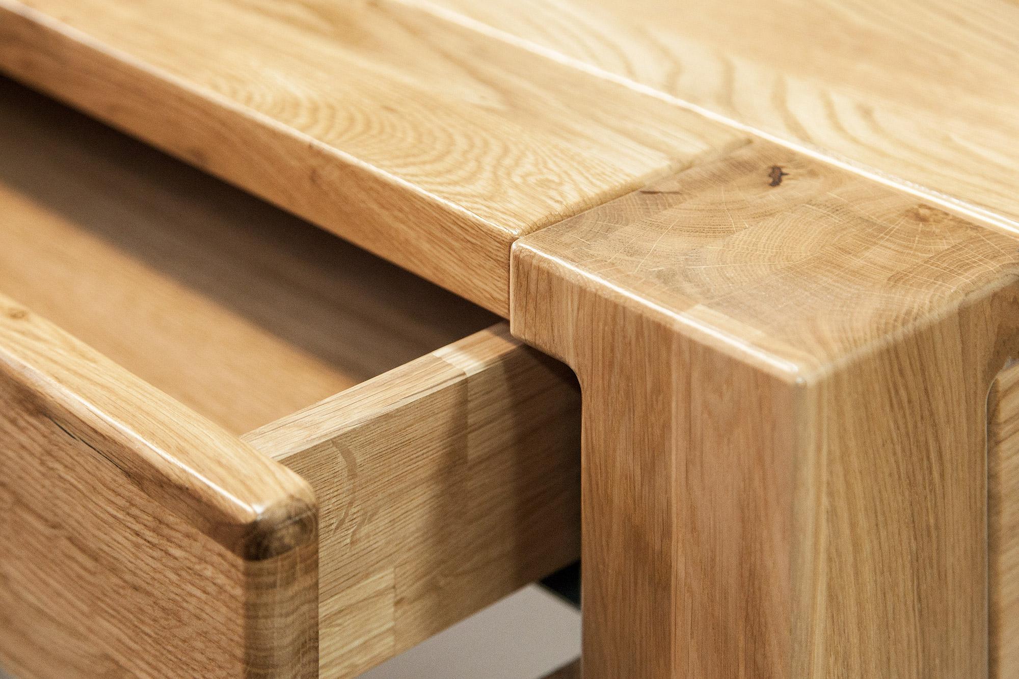 Dębowy stolik z szufladą