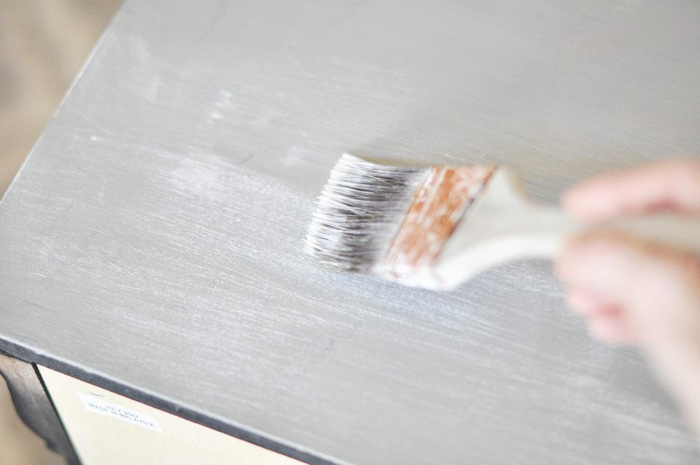 malowanie pędzlem mebla