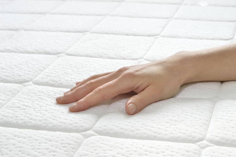 Dłoń położona na materacu