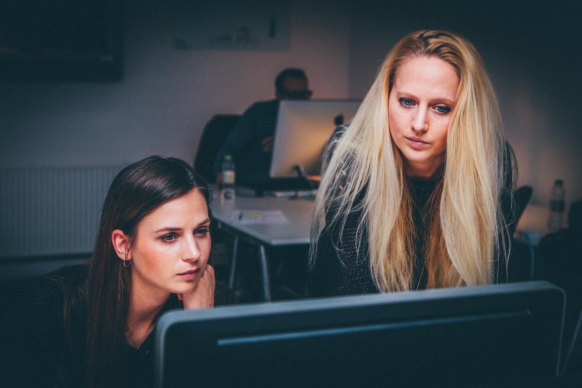 Dwie kobiety w pracy przed komputerem