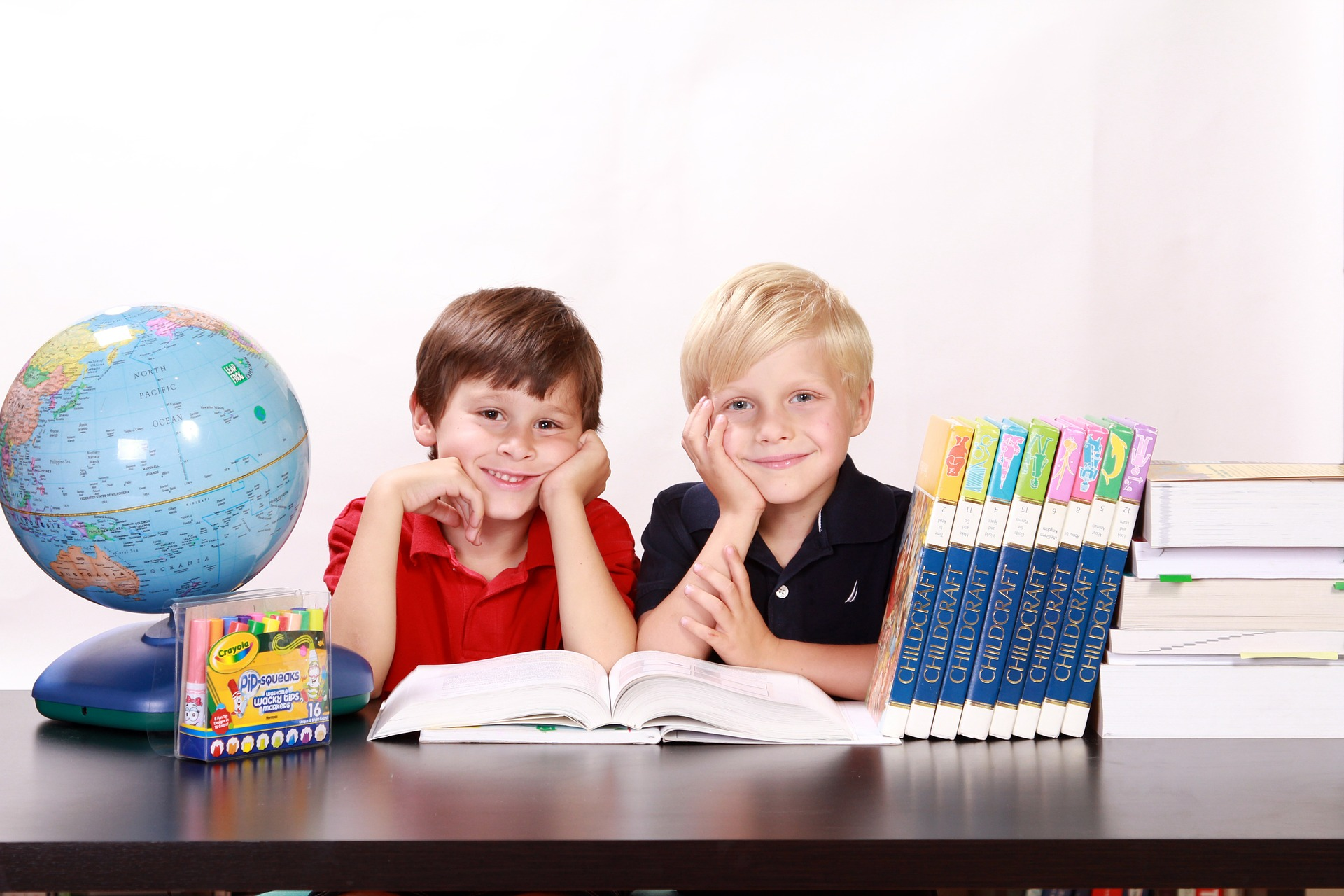 Dzieci w przy biurku