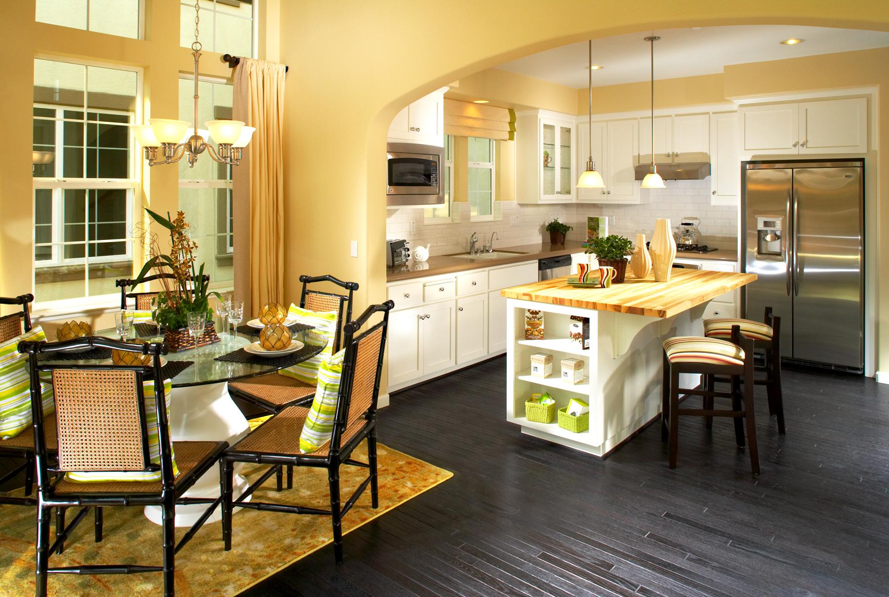 Otwarta kuchnia z jadalnią w jasno-żółtych barwach