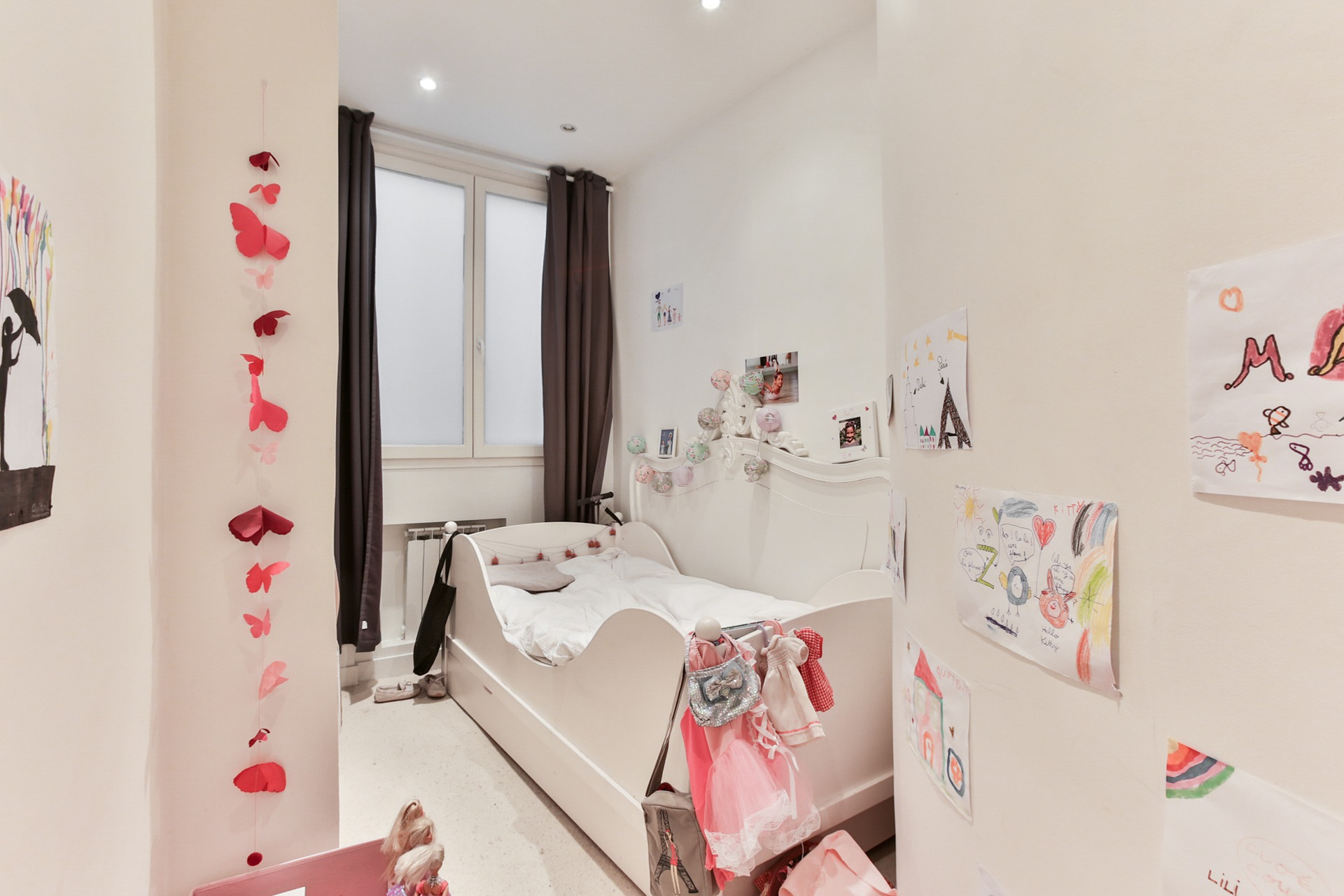 Pastelowy pokój dziecka z wieloma dodatkami