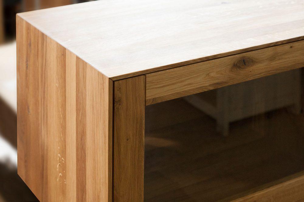 Zbliżenie na drewnianą szafkę z kolekcji The Beds