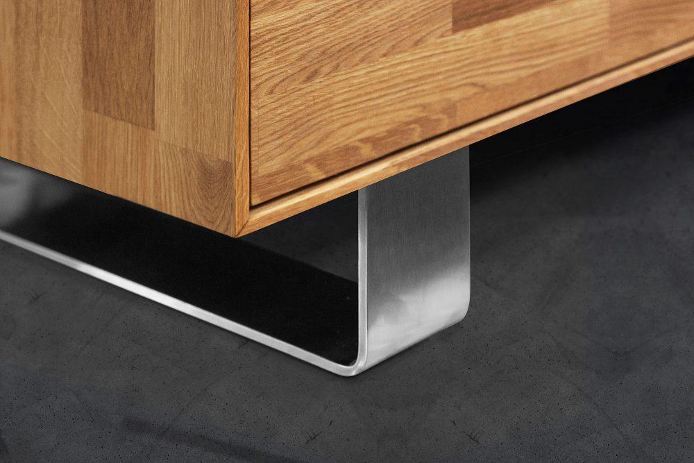 Zbliżenie na metalowe elementy drewnianej komody