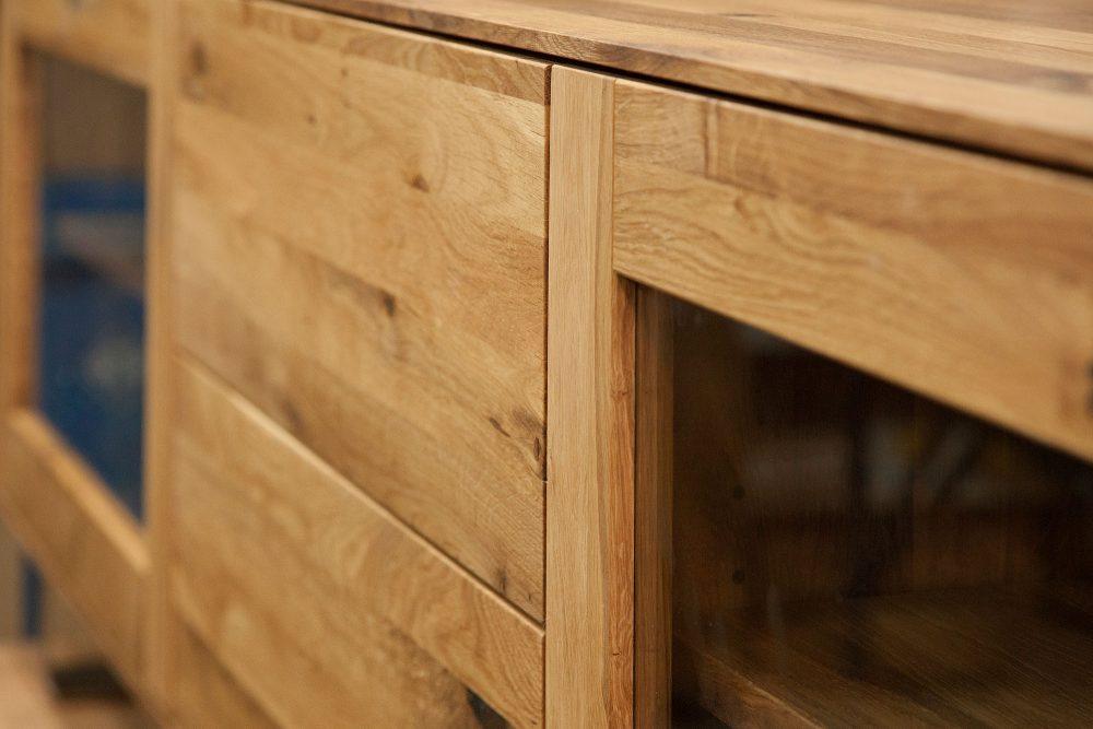 Zbliżenie na słoje drewnianej szafki