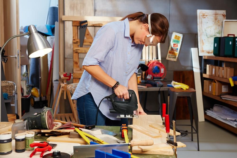 Kobieta w warsztacie stolarskim