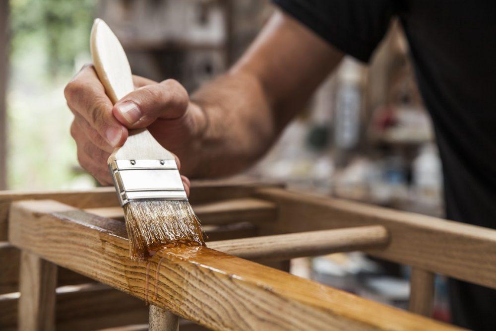 Jak odnowić meble drewniane?