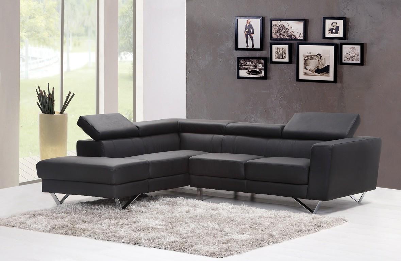 Salon z sofą tapicerowaną skórą