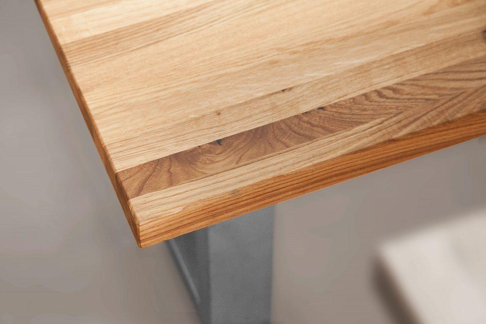 Zbliżenie na słoje drewnianego stołu