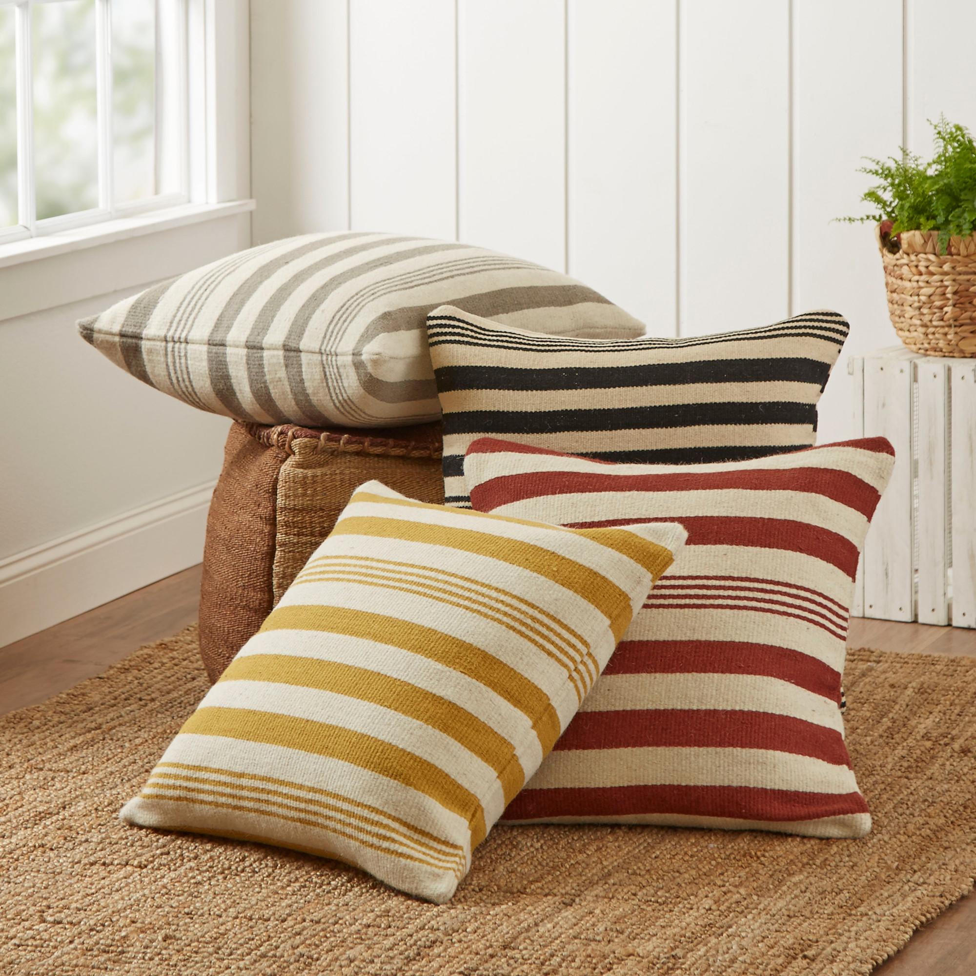 Poduszki wykonane ze starych swetrów