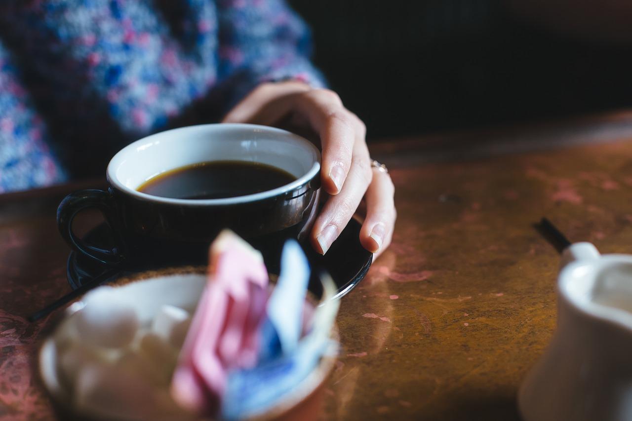 Kubek z herbatą na stole
