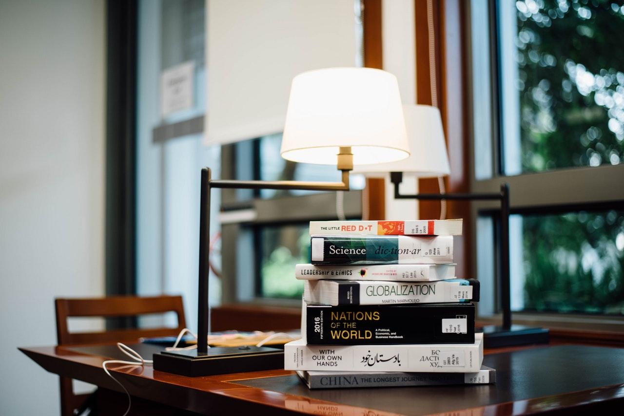 Oświetlenie należy dobrać do pór czytania i lokalizacji kącika bibliotecznego
