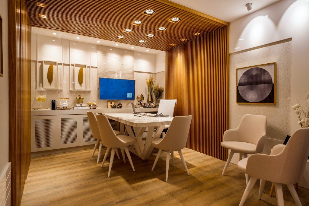 Drewniana dekoracja na ścianach urozmaica wnętrze i czyni je bardzo przytulnym